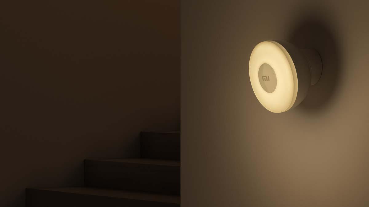 Đèn ngủ này có thể gắn lên mọi loại mặt phẳng, không cần đinh ốc hay lắp đặt gì