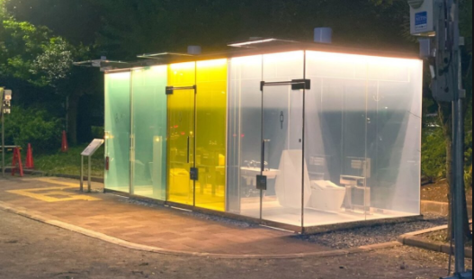 Ở Nhật Bản có những nhà vệ sinh được bao phủ hoàn toàn bởi một lớp kính