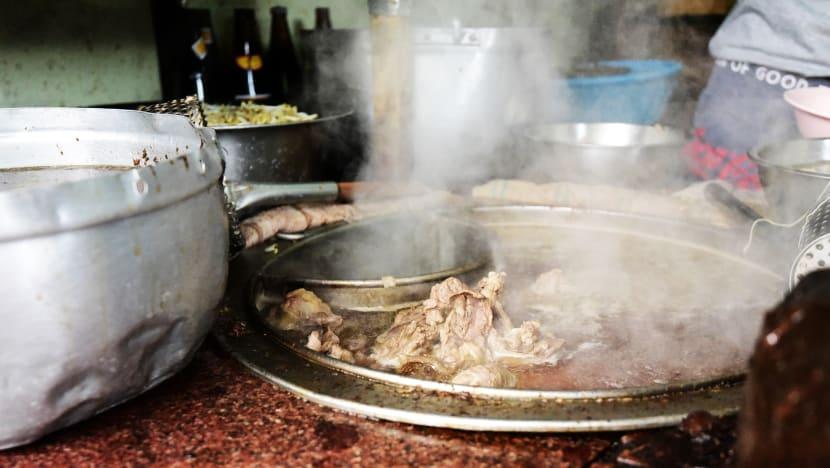 Những miếng thịt bò lớn được hầm trong nhiều giờ trước khi được cắt thành từng miếng vừa ăn. Ảnh: CNA/Pichayada Promchertchoo