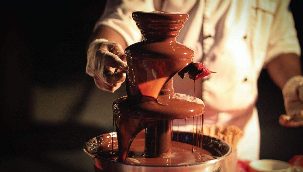 Thác chocolate thường được phục vụ trong các bữa buffet. Ảnh: Kartinkin