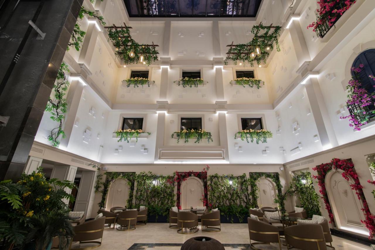Bên trong khách sạn được trang trí nhiều cây xanh và hoa, tạo cảm giác dễ chịu, mát mắt cho du khách giữa vùng đất sa mạc Saudi Arabia. Ảnh: Booking