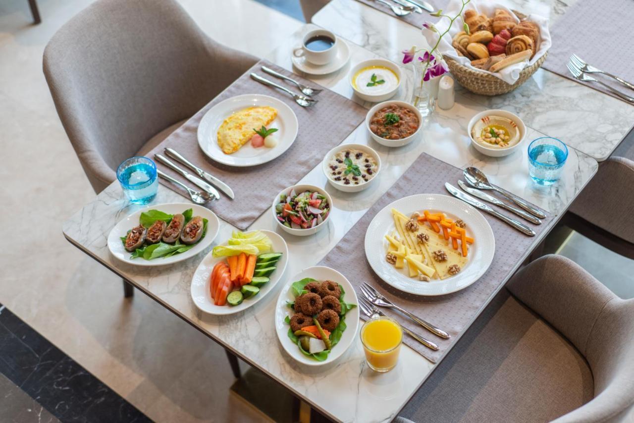 Tại Gardino, du khách được thưởng thức bữa sáng kiểu địa phương. Các bữa còn lại trong ngày là sự kết hợp đa dạng giữa ẩm thực Hồi giáo và châu Âu. Đội tuyển Việt Nam sẽ được căn chỉnh thực đơn để phù hợp khẩu vị, đủ dinh dưỡng. Ảnh: Booking