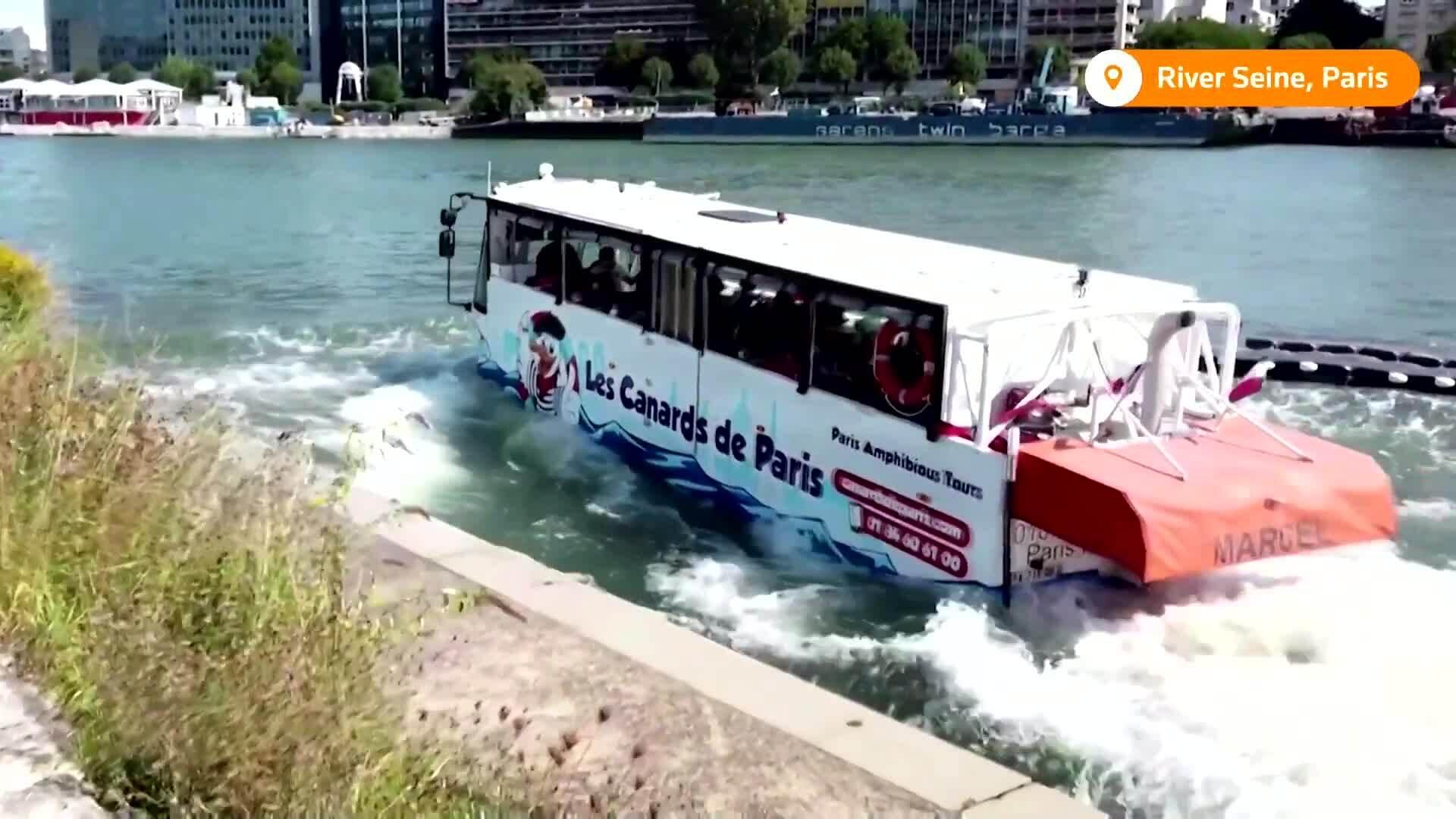 Du khách phấn khích đi buýt lao xuống sông Seine