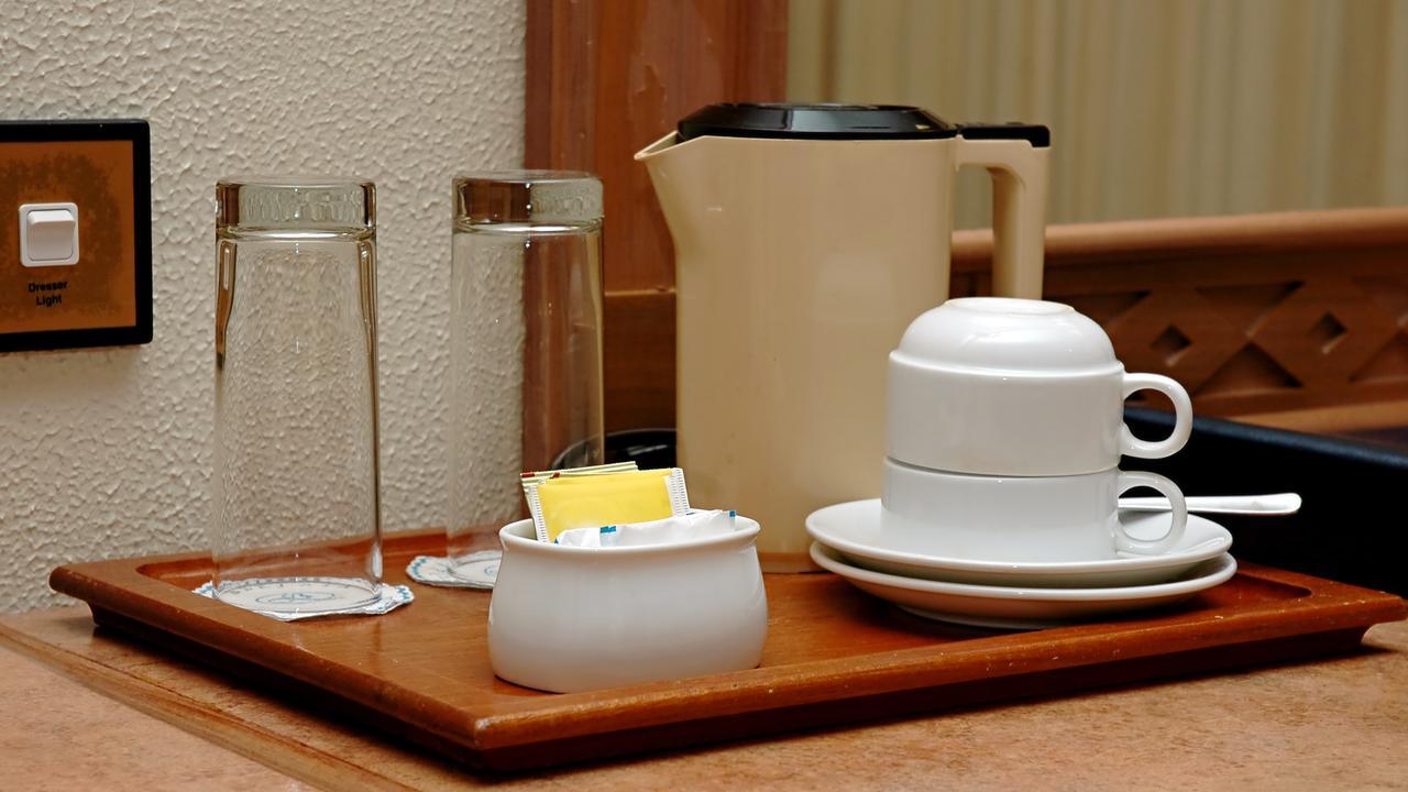 Nhiều nhân viên khách sạn đã lưu ý khách thuê nên rửa lại cốc trong phòng khách sạn trước khi dùng. Ảnh: Thinkstock