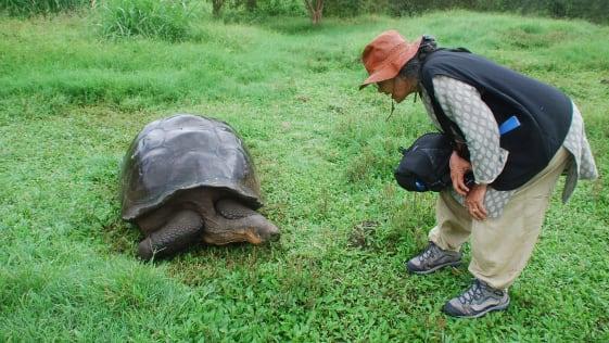 Sudha Mahalingam tham quan đảo Galapagos ở Ecuador năm 2013. Dù đôi khi du lịch cùng bạn bè, phần lớn các chuyến đi còn lại bà Sudha đi một mình. Ảnh: SM