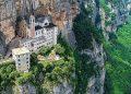 Nhà thờ chênh vênh trên vách đá gần 800 m