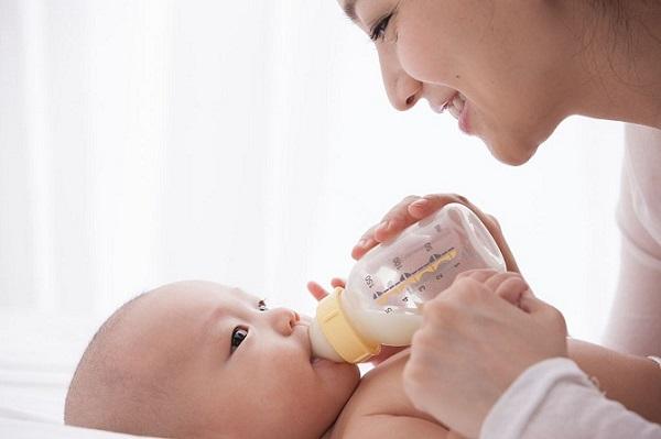 Ủ sữa cho bé sơ sinh như thế nào