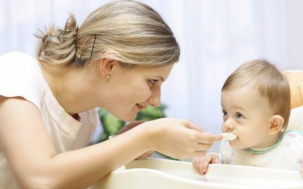 Dinh dưỡng cho bé 6 tháng tuổi – Có nên cho bé ăn váng sữa?