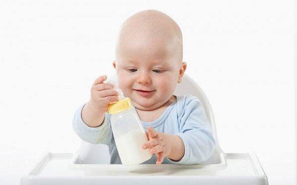 Sữa cho bé 1 tuổi nên chọn sữa tươi hay sữa bột?